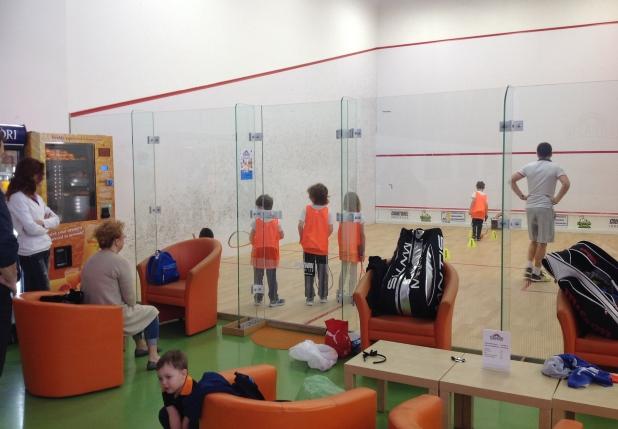 copiii joaca squash in romania